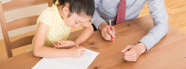 家庭教師と勉強している子